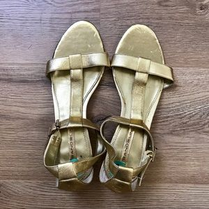 NWT Bandolino | gold leather t strap sandals sz 8